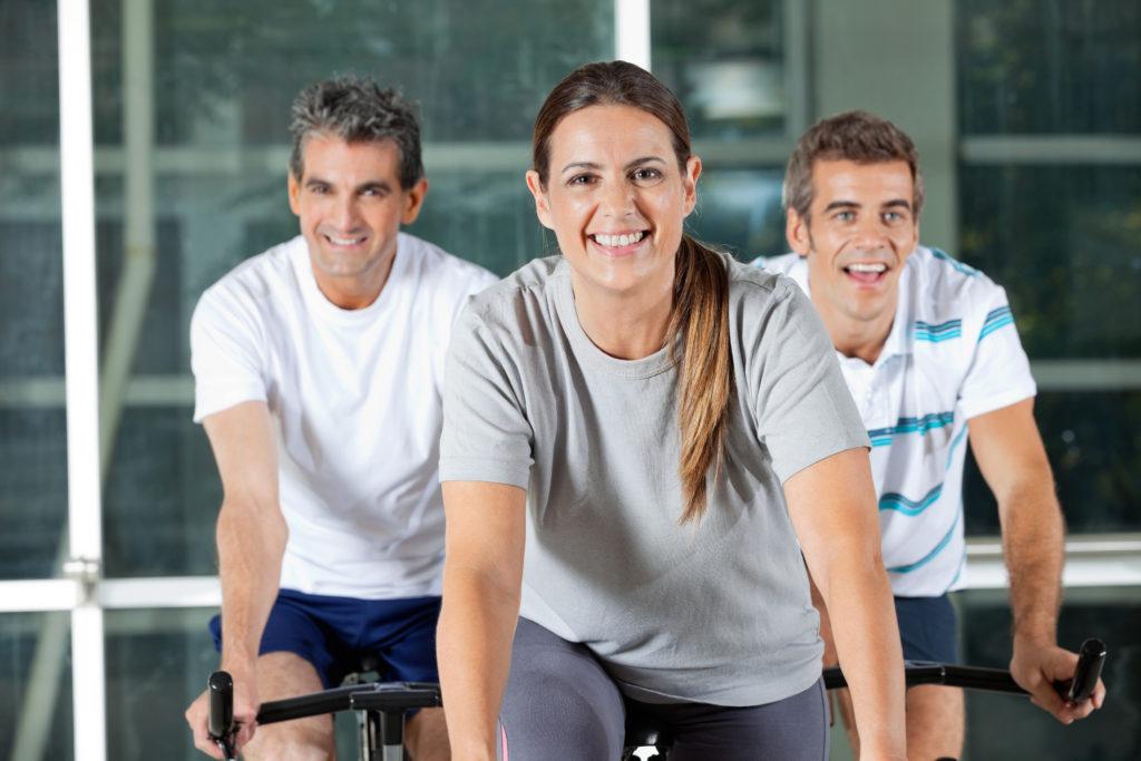 Hold på spinning cykler i fitness center